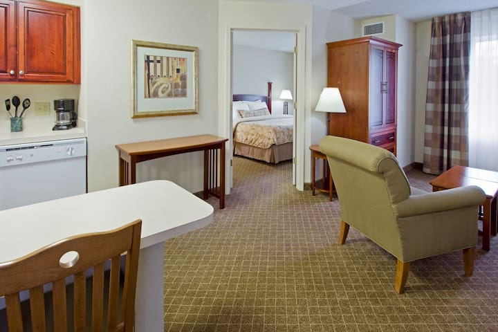 King Suite. Delicious Free Breakfast. Outdoor Pool. Only 20 Min to Princeton.