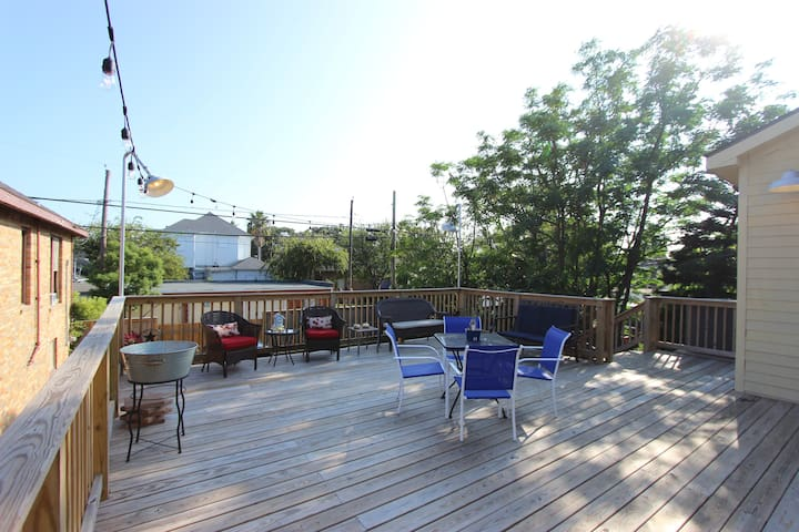 ★Deck House★Private Deck + HOT TUB/BBQ-pit/Firepit