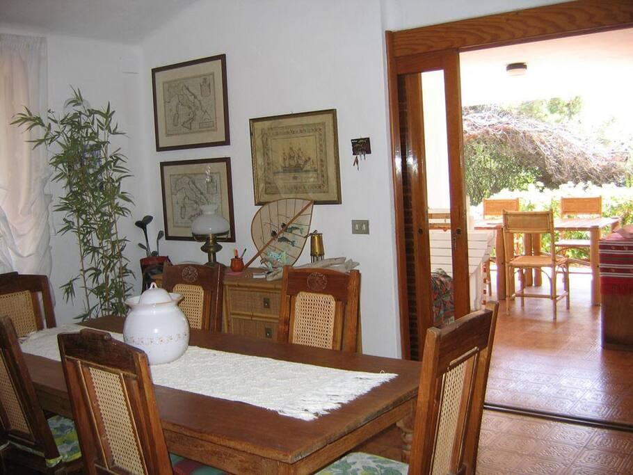 Zona pranzo che da alla terrazza con vista mare/ Dining area overlooking the terrace with water view.