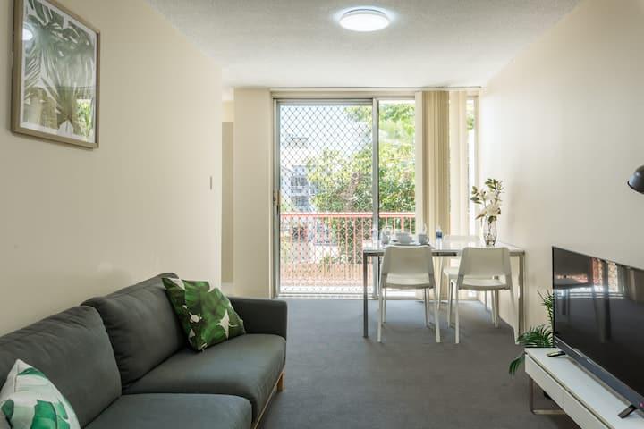 Cozy & Leafy apartment close to UQ !!