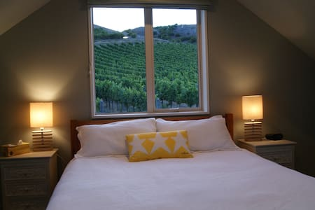 Home in the Vines-Studio Apartment - Bed & Breakfast