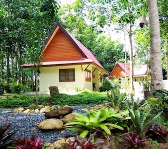 Small bedroom, hot shower, fan - Amnphur Muang Phangnga