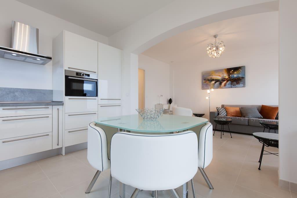 Grote keuken met magnetron-oven, koel en vrieskast vaatwasser