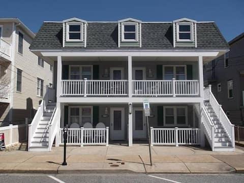 BEACH BLOCK!! Cozy, convenient condo!
