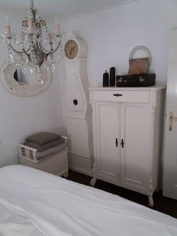 Meidenkast met een voorraad linnen: handdoeken, baddoeken voor op de zonne-ligbedjes, extra beddengoed. In de hoek nog een favoriet van me: een echte Mora klok.