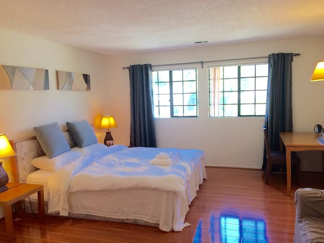 Master bed w/Lg bath  Town Monrovia - Monrovia - Dům