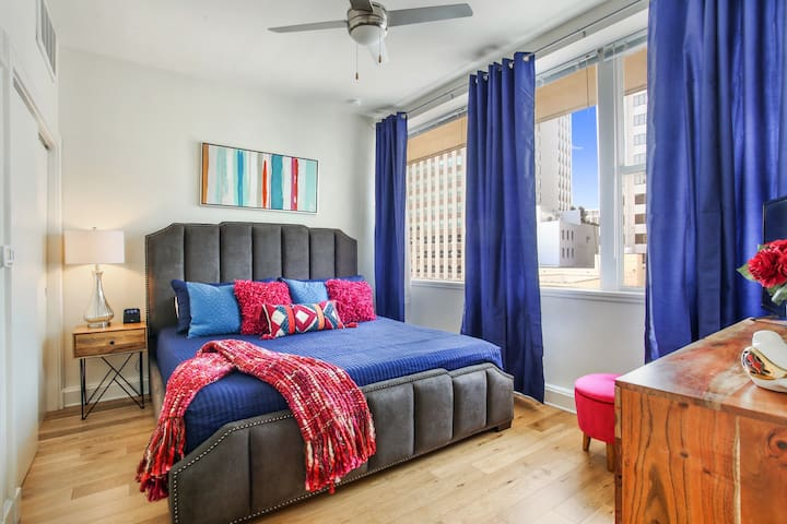 #906 Cozy Downtown Condo, Super Comfy Bed, Sleeps4