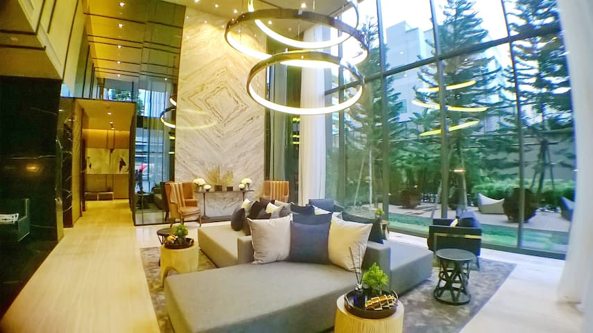 Welcome to Flamingo de Bangkok. Grand lobby area welcomes you. Free Wi-Fi