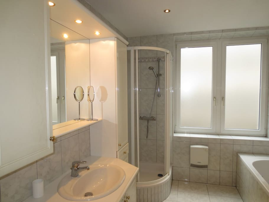 Bathroom with tub and shower cabine