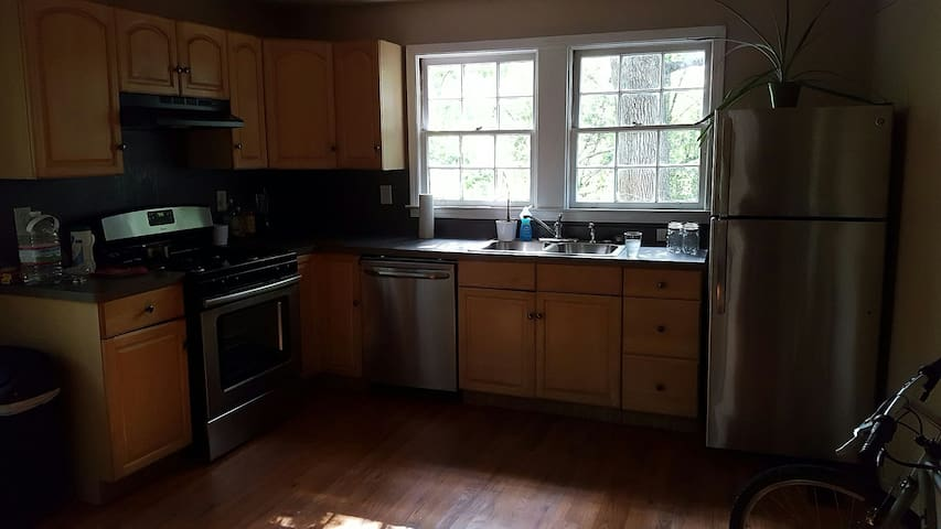 Quiet Sunny Room near Dwntwn ATL + Airport - East Point