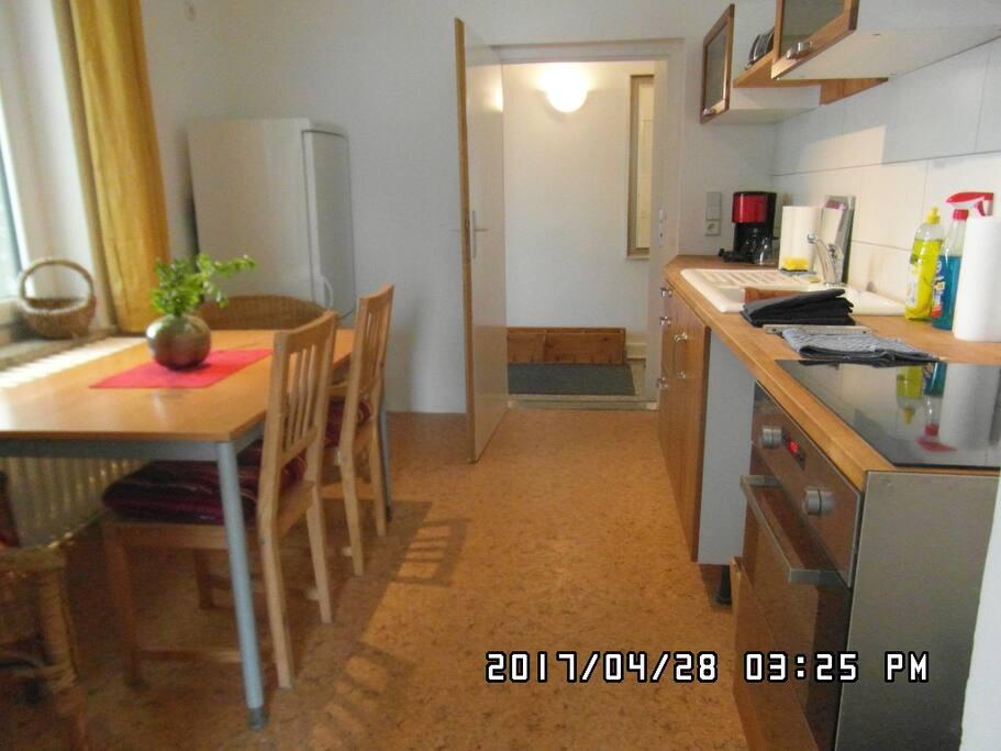 Küche mit Essplatz mit Blick zum Flur