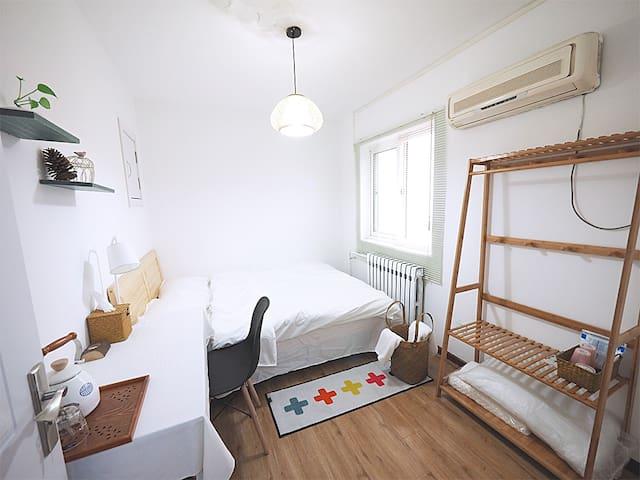地铁口温馨干净的小屋,画画妹子分享她的家,步行5分钟到东直门地铁站,欢迎来串门。 - Beijing - Apartment
