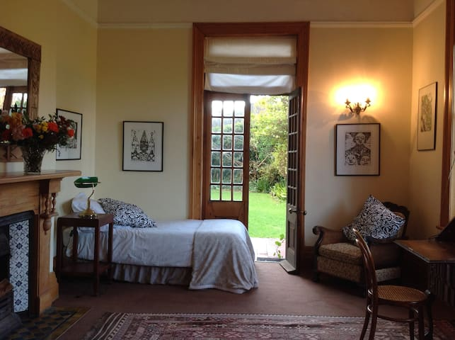 Private bedroom close to UCT