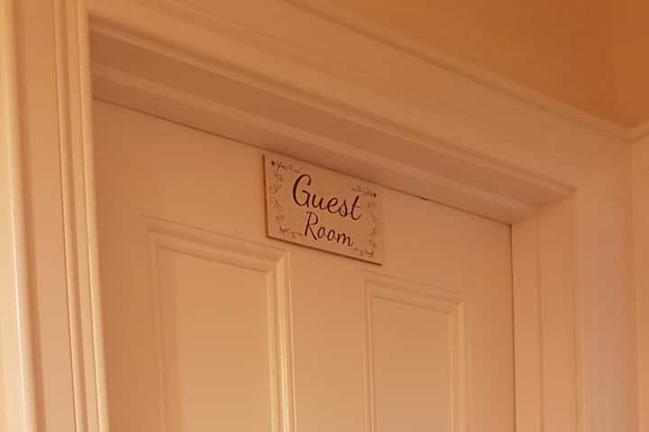 Cosy Double Room in Quiet House. Wifi & Breakfast.