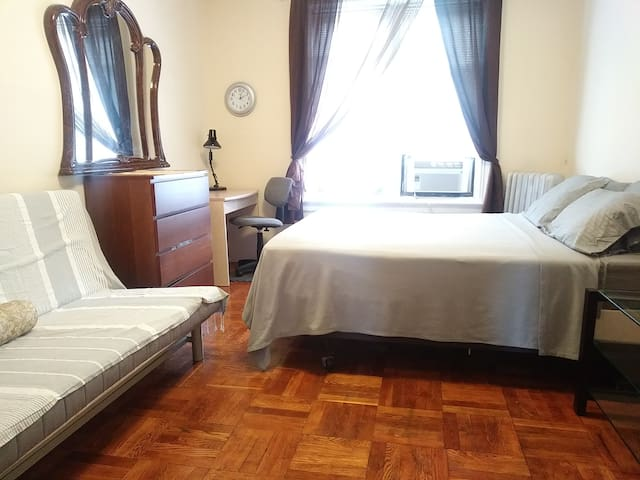 Very Large Room for 1+1+child, Brooklyn, New York