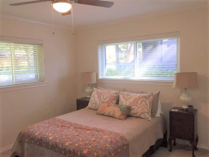 Quiet WR lake room w/monthly discount near DT &SMU