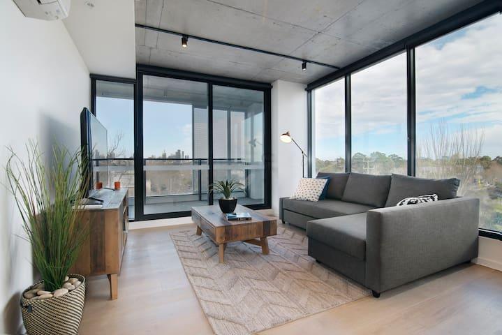 Lygon Street apartment with stunning CBD views!