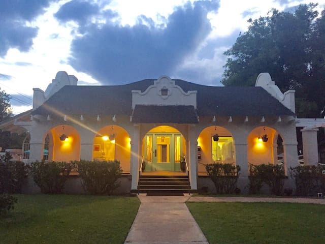 Palace Spa, Guest Suite & Hot Tubs - Roswell - Hus