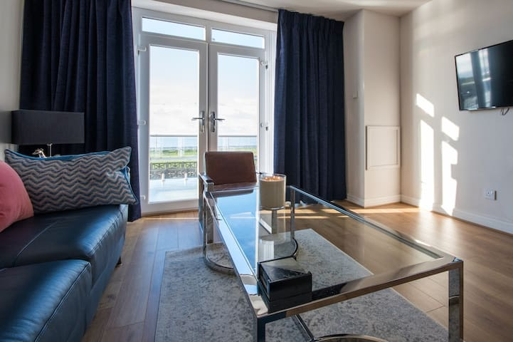 Sea front 2 bedroom apartment for 4 people