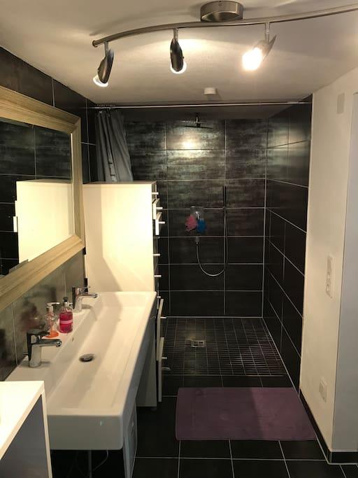 Großes Bad mit Doppel Waschbecken Wellness Dusche und Aussenfenster