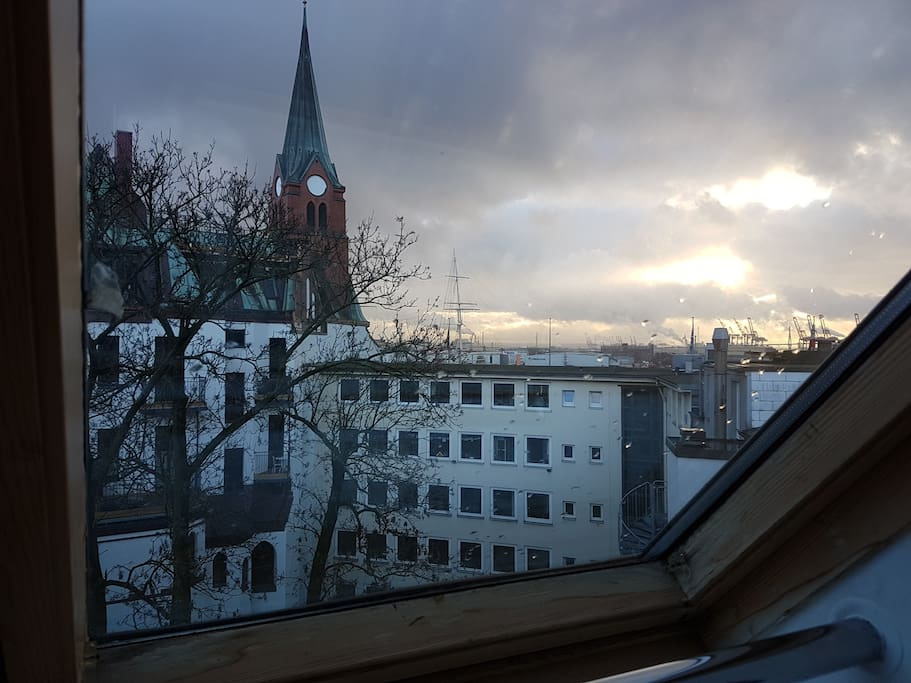 View from writing desk to Landungsbrücken and Portuguese hood / Blick vom Schreibtisch auf Landungsbrücken und Portugiesenviertel