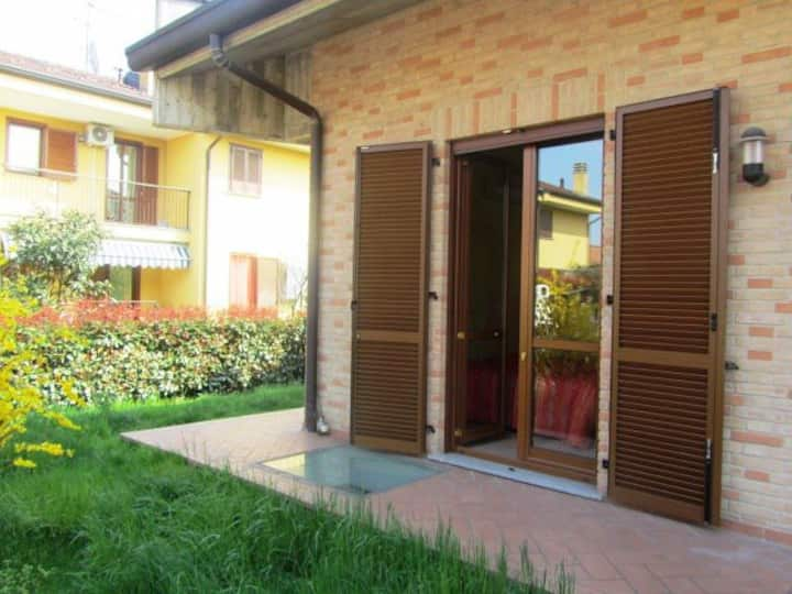 Camera quadrupla sul giardino