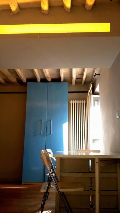 L'armadio nella zona living di fronte alla cucina con autentiche travi a vista