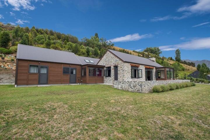 Maunga - Beautiful Bespoke Home w/ Mountain Views