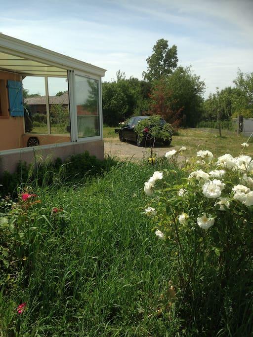 5 voitures peuvent être garées dans le jardin