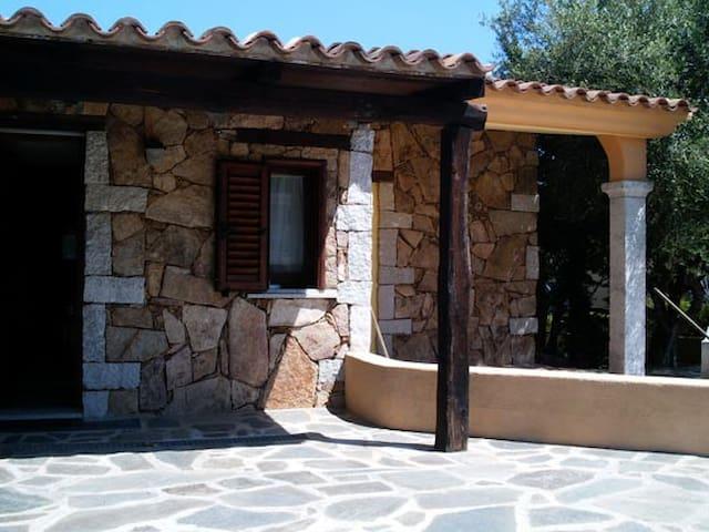 Villetta con veranda e giardino - S'ena E Sa Chitta - บ้าน