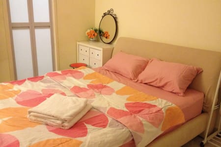 Master Bedroom w private Bathroom, 10 mins to MRT