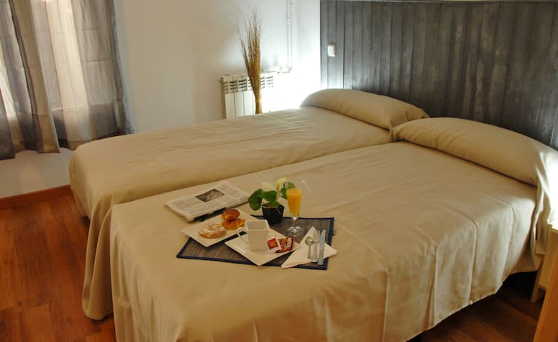 rooms 4 in paseo la castellana bed and breakfasts for rent in madrid madrid spain. Black Bedroom Furniture Sets. Home Design Ideas