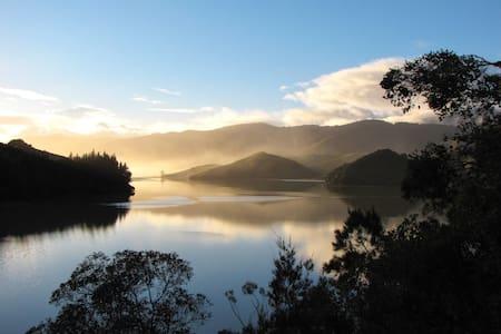 Romantic coastal retreat, Cable Bay - Hira