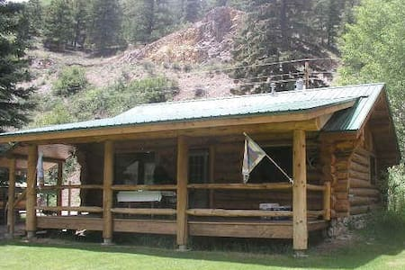 Scandinavian hand-crafted skip-peeled log cabin - Lake City