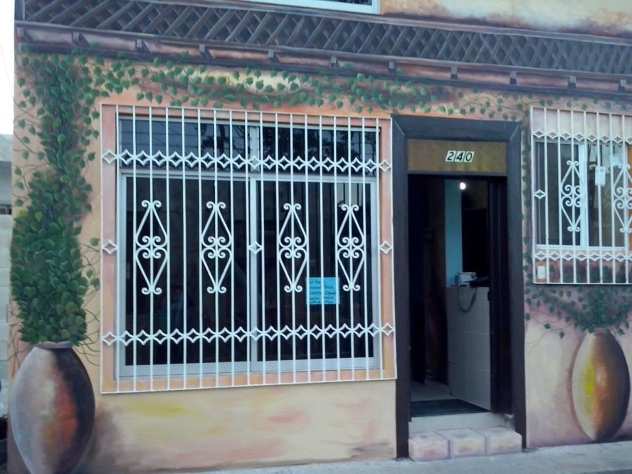 Fachada, decorada de la entrada