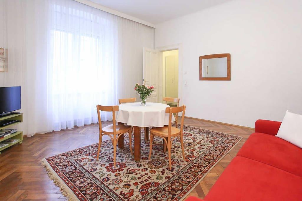 Wohnzimmer mit Sofa, Tisch, TV