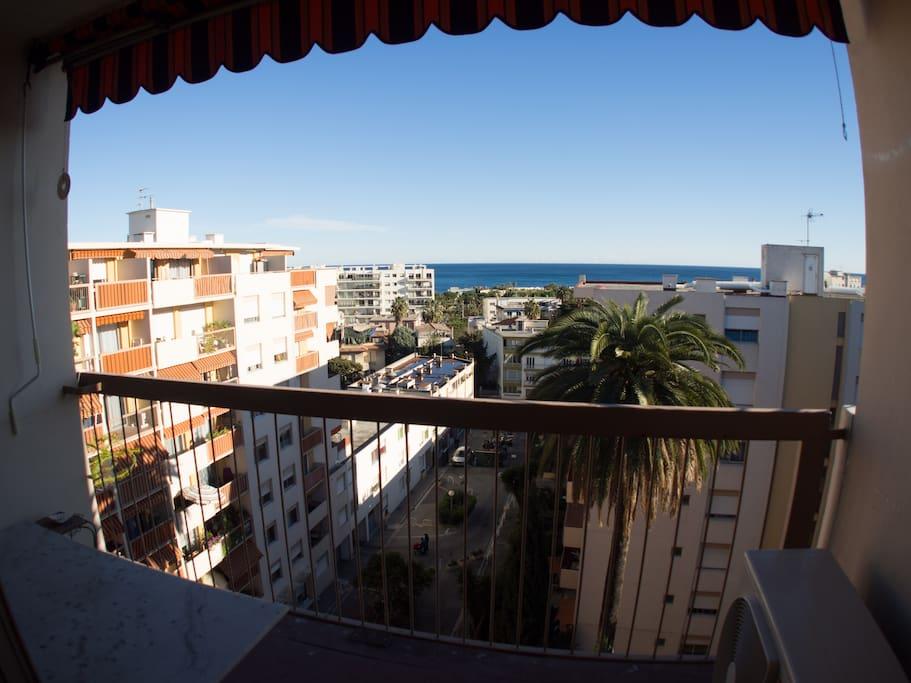 Vue sur la mer depuis le balcon