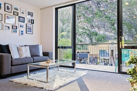 Central Queenstown Apartment - Flat