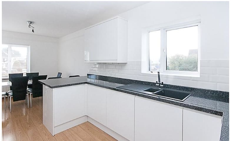 Entire flat Bright spacious apartment in Brentwood