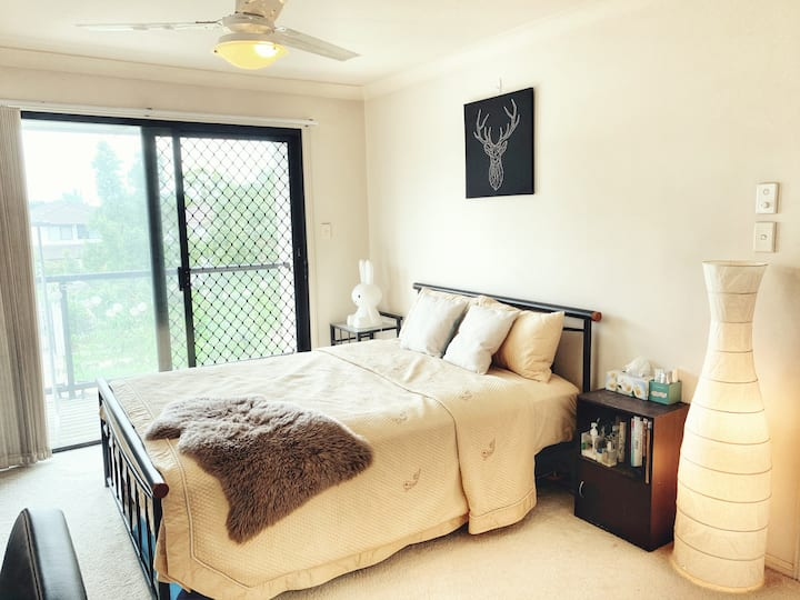 Great location large master bedroom 南区交通方便的主人房