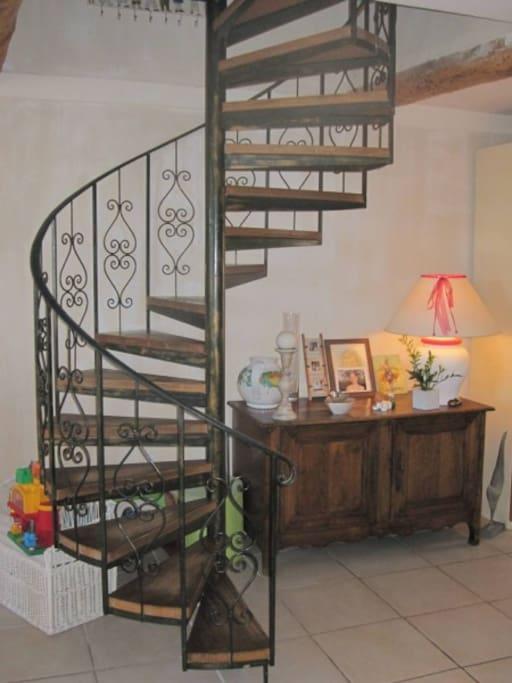 Escalier en fer forgé conduisant aux chambres