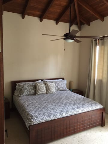 Habitacion con cama de matrimonio, armario, aire acondicionado y ventilador