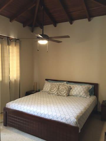 Habitación amplia, con cama de matrimonio, armario con una caja fuerte, ventilador y aire acondicionado