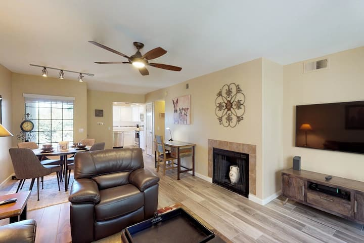 Newly remodeled executive condo w/ full kitchen, pools, hot tub, & golf onsite!