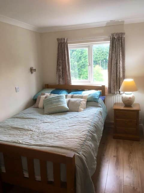 10-15 min from town centre, railway & bus station.