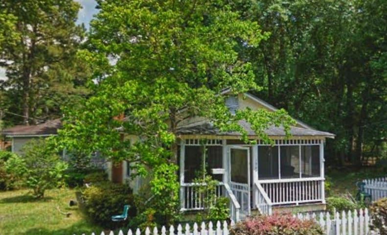 Charming, Quaint Cottage near Historic Bonaventure