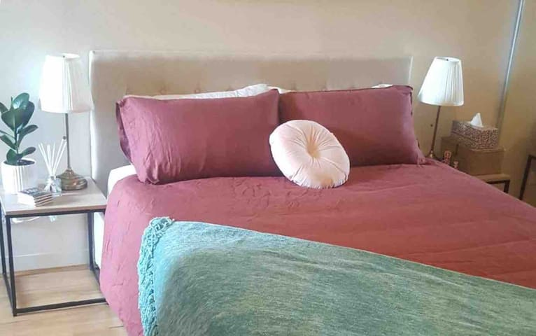 Queen Cozy Bedroom 10min to City, 2min to Train