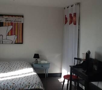 .Chambre 26 m2 proche centre ville avec petit déj