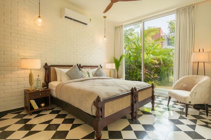 Ground floor bedroom with twin beds