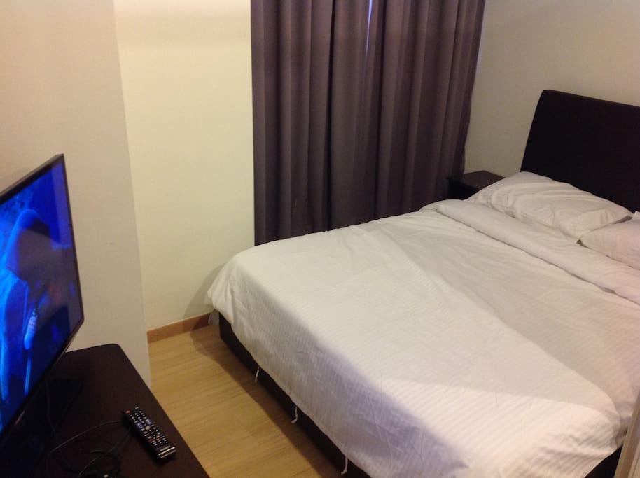 Queen bed and 40' smart TV in 2nd Bedroom